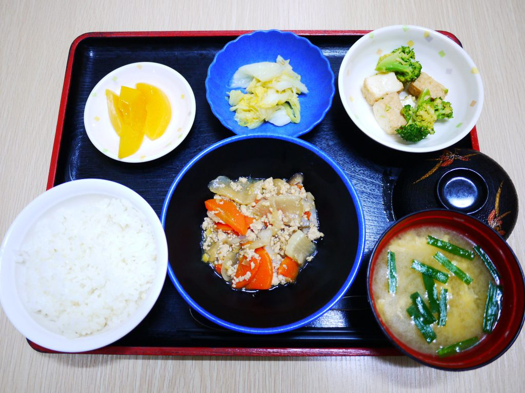 きょうのお昼ごはんは、根菜のそぼろ煮・絹あげ和え・浅漬け・みそ汁・くだものでした。