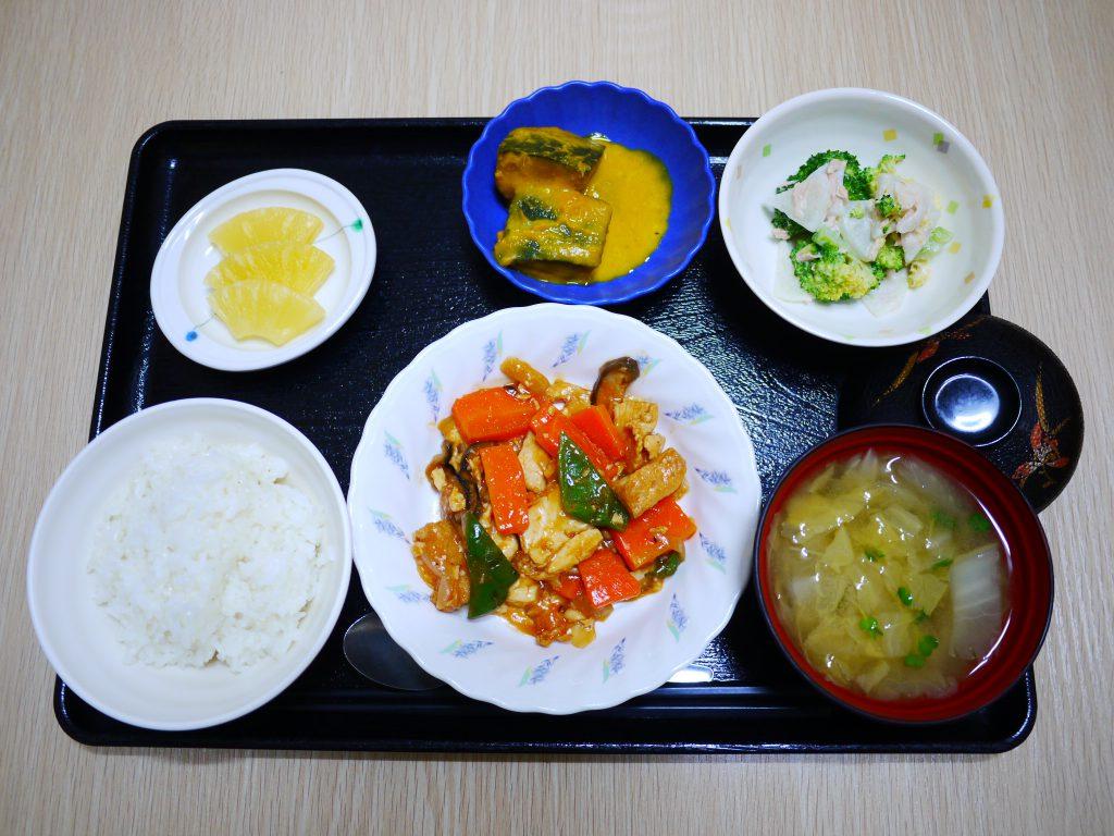 きょうのお昼ごはんは、鶏肉のケチャップ炒め・大根サラダ・ミルク煮・みそ汁・くだものでした。