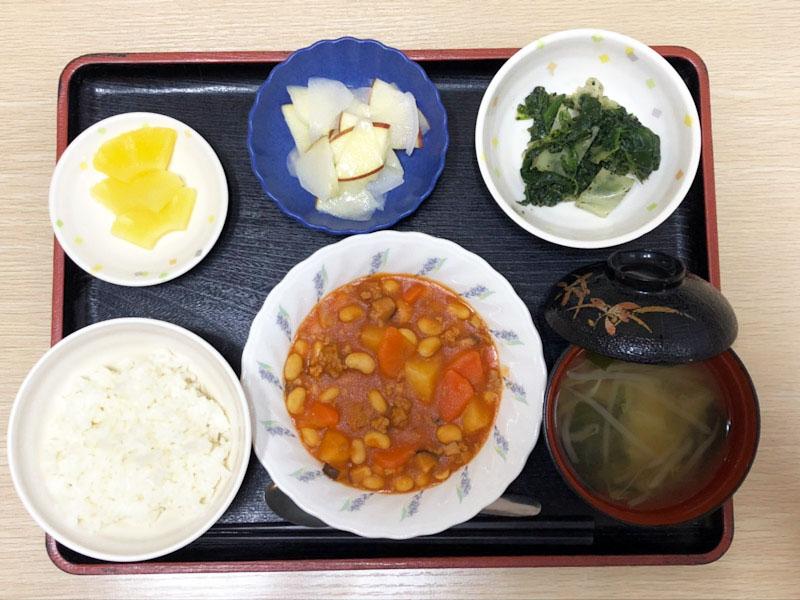 きょうのお昼ごはんは、ポークビーンズ・りんごと大根のサラダ・ごま和え・みそ汁・くだものでした。
