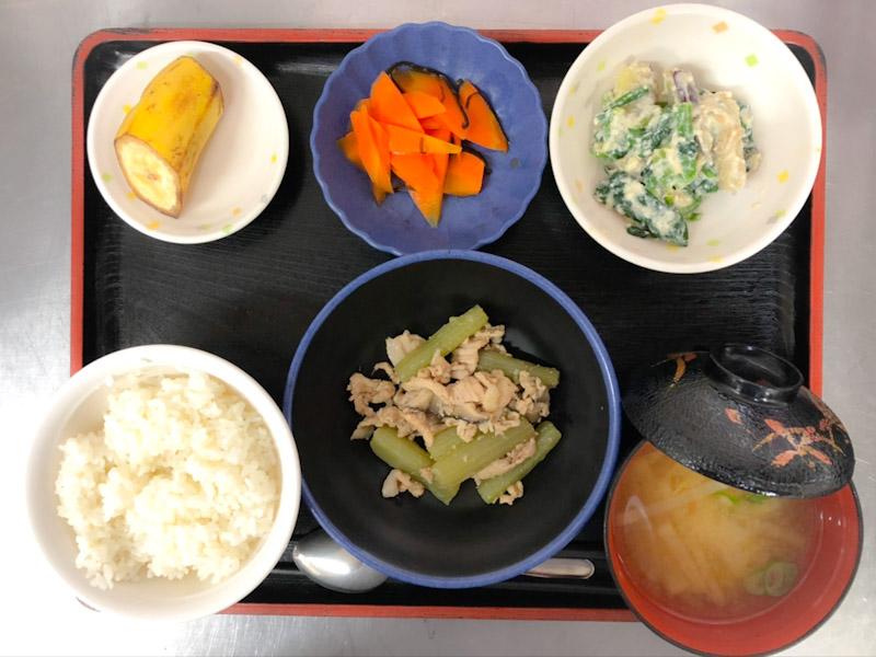 今日のお昼は、ふきと豚肉のホロ苦炒め、白和え、人参の和風ピクルス、みそ汁、果物でした。