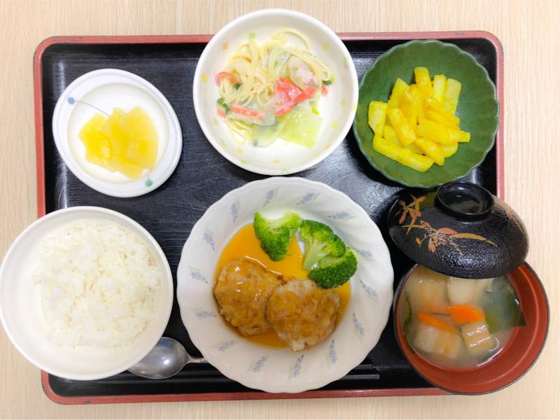 今日のお昼ごはんは、大根入り豚バーグ、スパゲティサラダ、カレーポテト、みそ汁、果物でした。