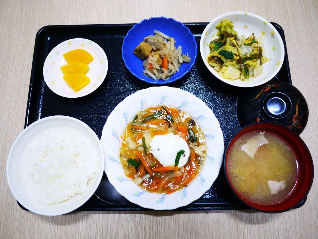 きょうのお昼ごはんは、落とし卵の野菜あんかけ・めかぶ和え・切り干し煮・みそ汁・くだものです。