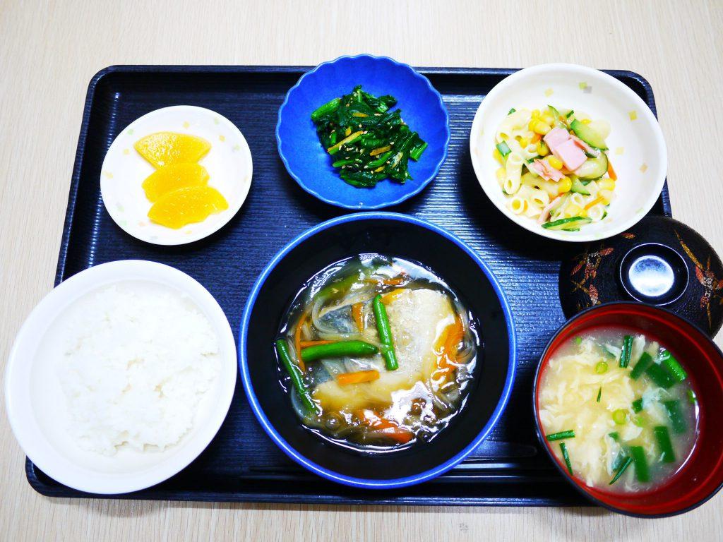 きょうのお昼ごはんは、鰆の野菜あんかけ・マカロニサラダ・ほうれん草の和え物・かきたま汁・くだものでした。