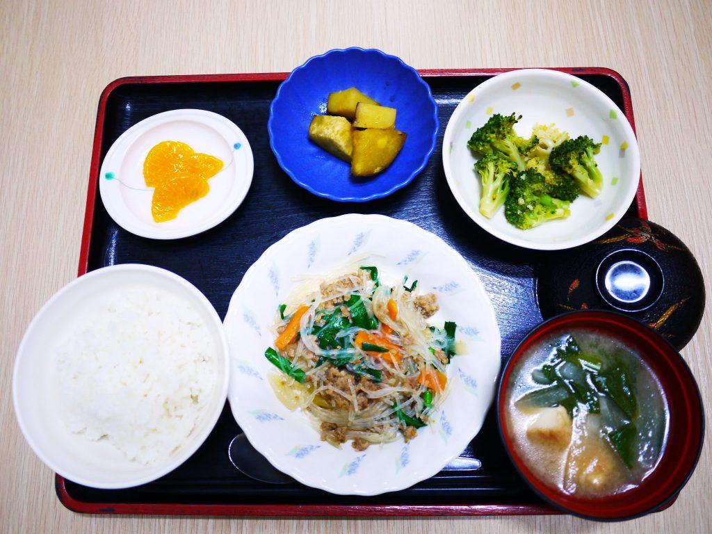 きょうのお昼ごはんは、挽肉と春雨の中華煮・生姜和え・おさつの甘辛煮・みそ汁・くだものでした。