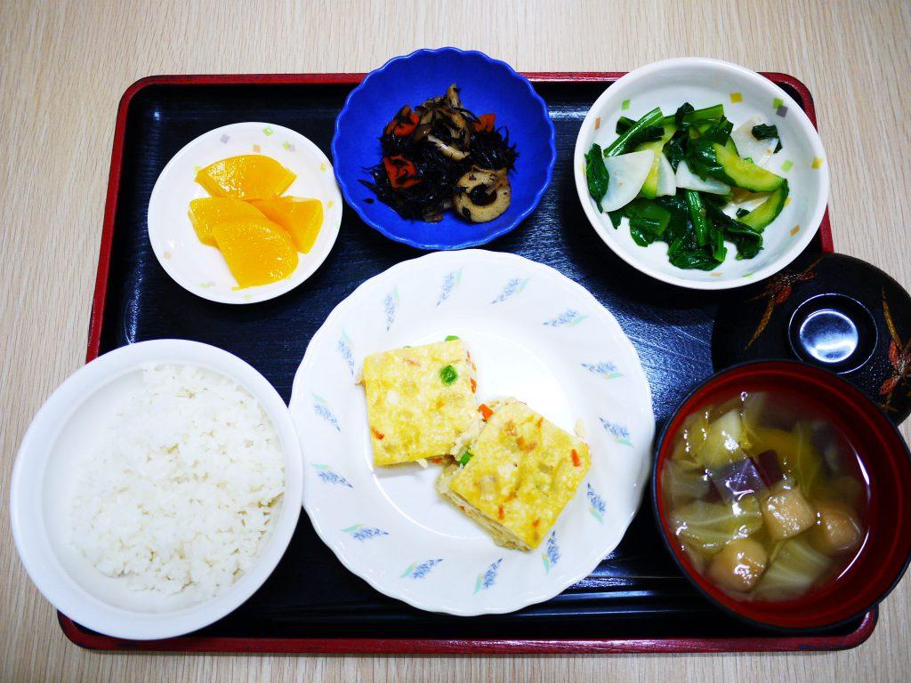 きょうのお昼ごはんは、擬製豆腐・具だくさんおろし・ひじき煮・みそ汁・くだものでした。
