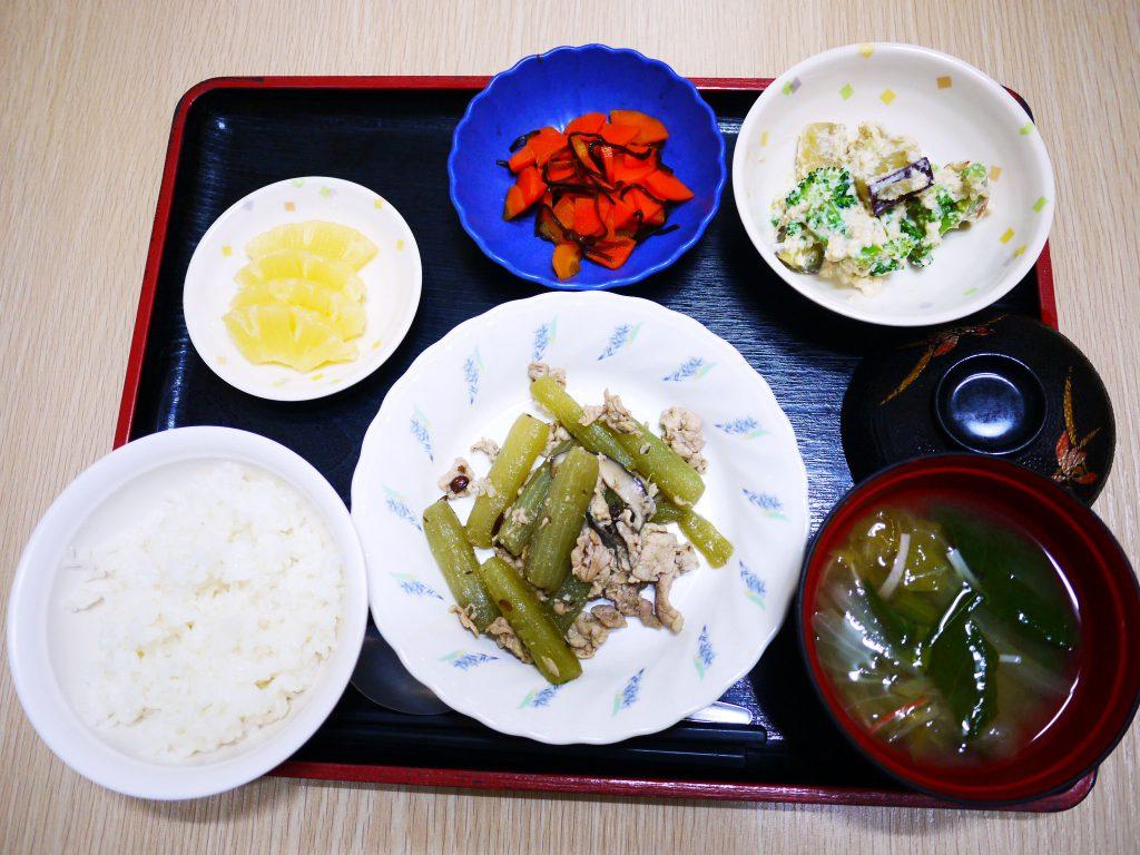 きょうのお昼ごはんは、ふきと豚肉のホロ苦炒め・白和え・人参の和風ピクルス・みそ汁・くだものでした。