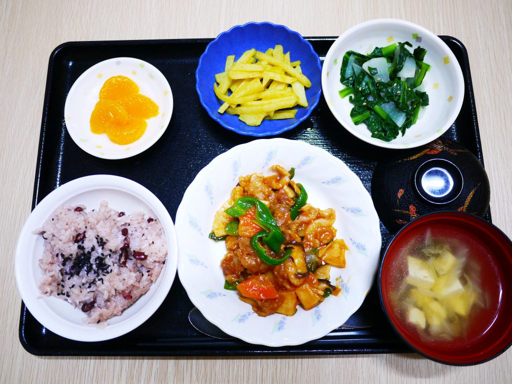 きょうのお昼ごはんは、卒園お祝いお赤飯・酢豚・ナムル・のり塩ポテト・スープ・くだものでした。