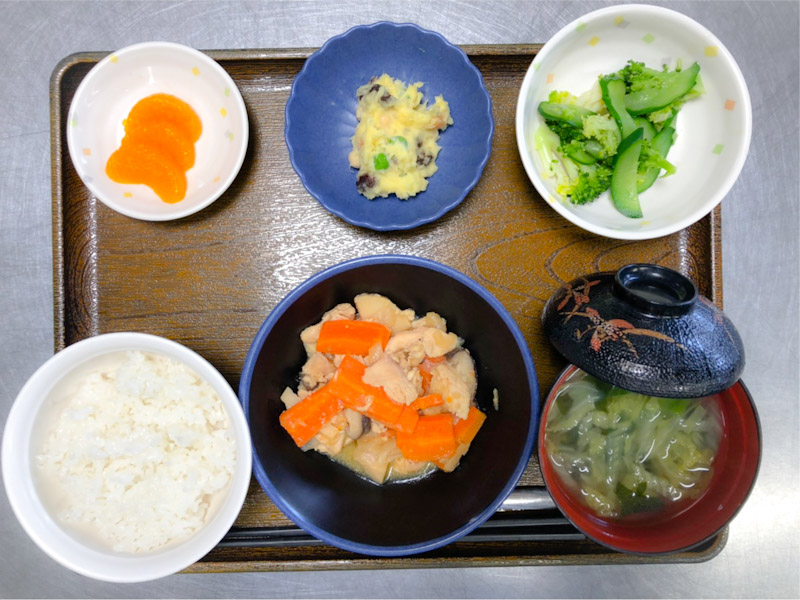 今日のお昼ごはんは、鶏肉のみそ炒め、生姜和え、おさつサラダ、みそ汁、果物でした。
