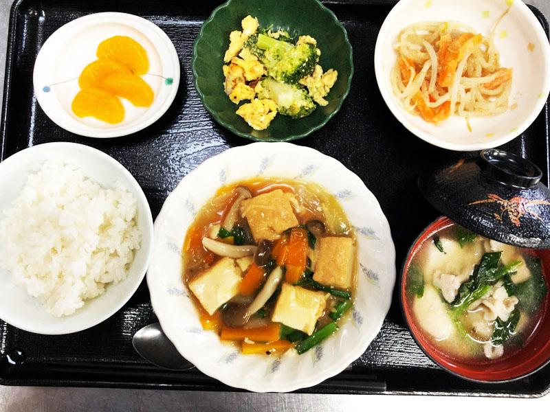 きょうのお昼ごはんは、あんかけ厚揚げ・ブロッコリーの卵炒め・和え物・豚汁・くだものでした。