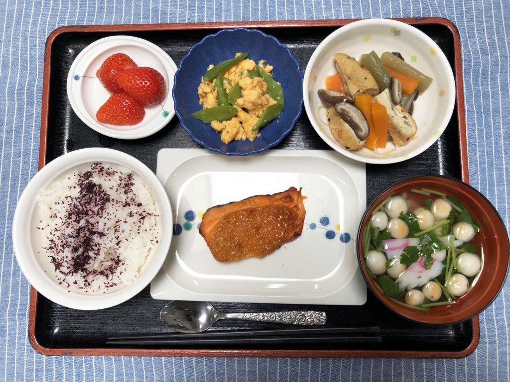 きょうのお昼ごはんは、鮭の木の芽焼き・きぬさやサラダ・含め煮・お吸い物・みそ汁・くだものでした。