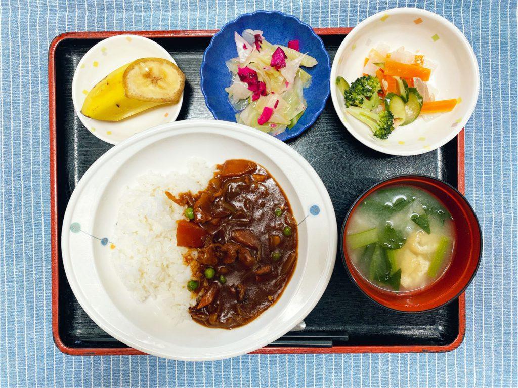 きょうのお昼ごはんは、ハヤシライス・サラダ・浅漬け・みそ汁・くだものでした。