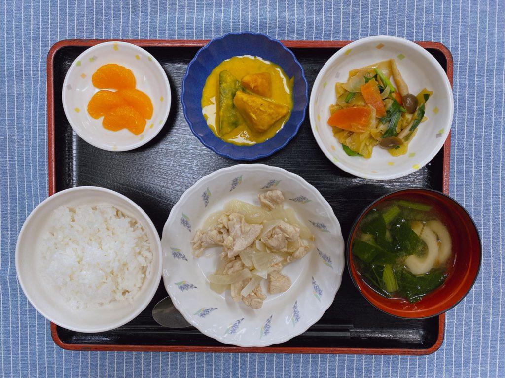 きのうのお昼ごはんは、鶏肉のレモン蒸し・野菜炒め・みそ汁・くだものでした。