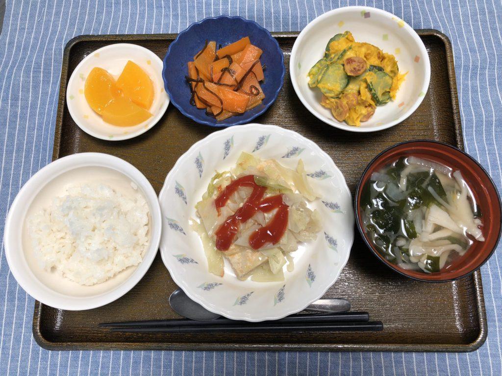 きょうのお昼ごはんは、挽肉とキャベツの重ね蒸し、かぼちゃサラダ、人参の和風ピクルス、みそ汁、くだものでした。