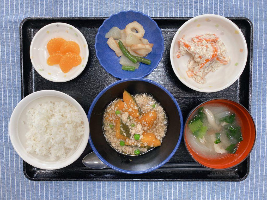 きょうのお昼ごはんは、かぼちゃのそぼろあん・人参と糸こんの白和え・煮物・みそ汁・くだものでした。