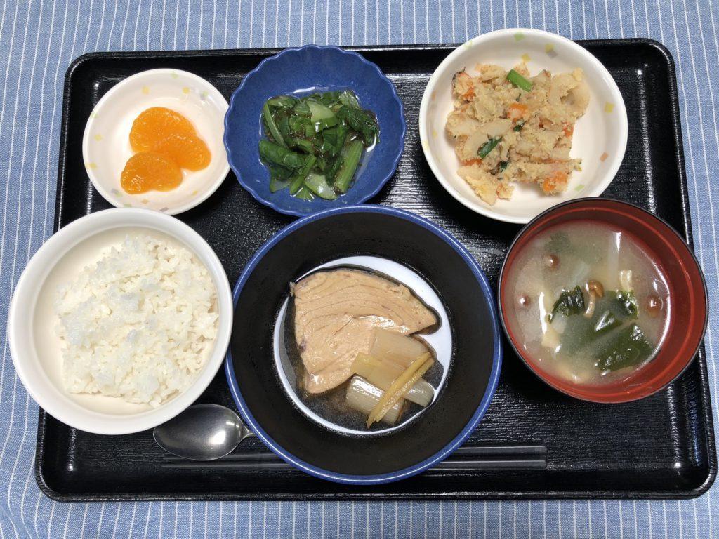 きょうのお昼ごはんは、煮魚・炒りおから・もずく和え・みそ汁・くだものでした。
