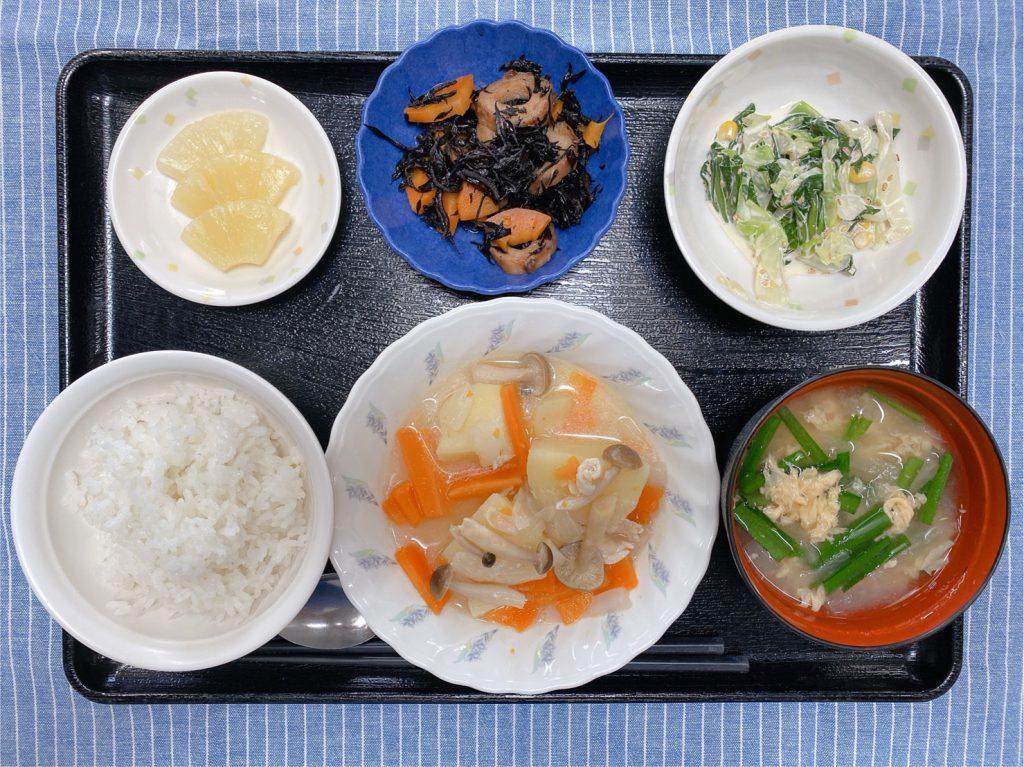 きょうのお昼ごはんは、鶏肉のあっさり煮、みそマヨ和え、ひじき煮、みそ汁、くだものです。