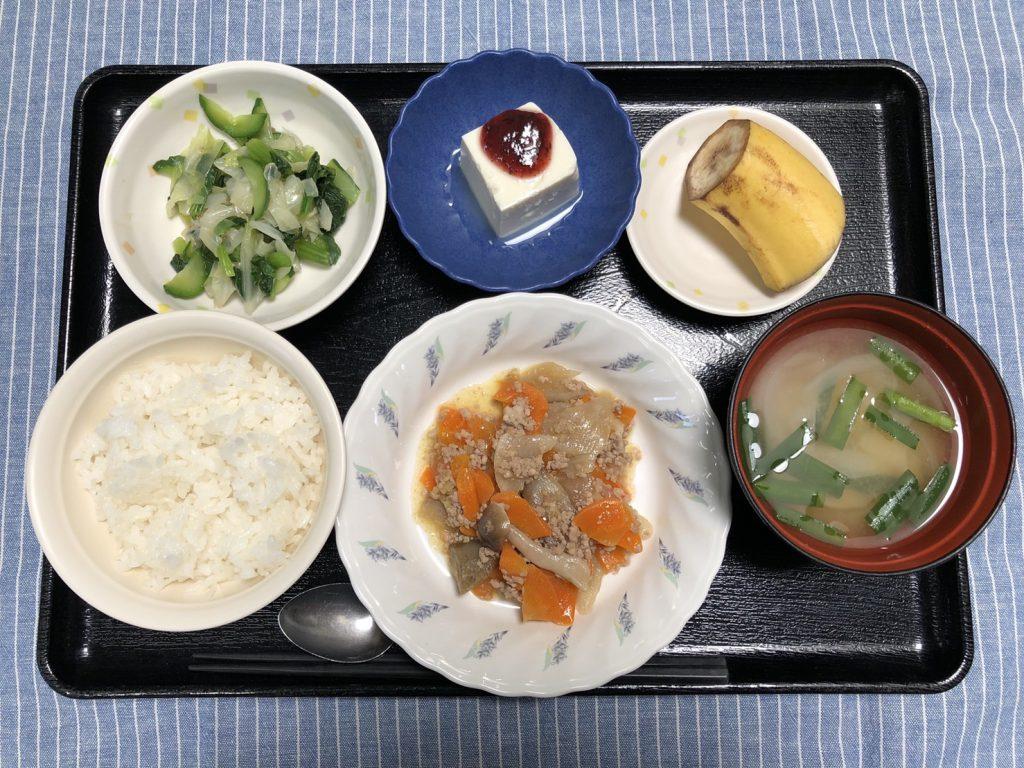 きょうのお昼ごはんは、根菜のそぼろ煮、和え物、梅香味奴、みそ汁、くだものでした。