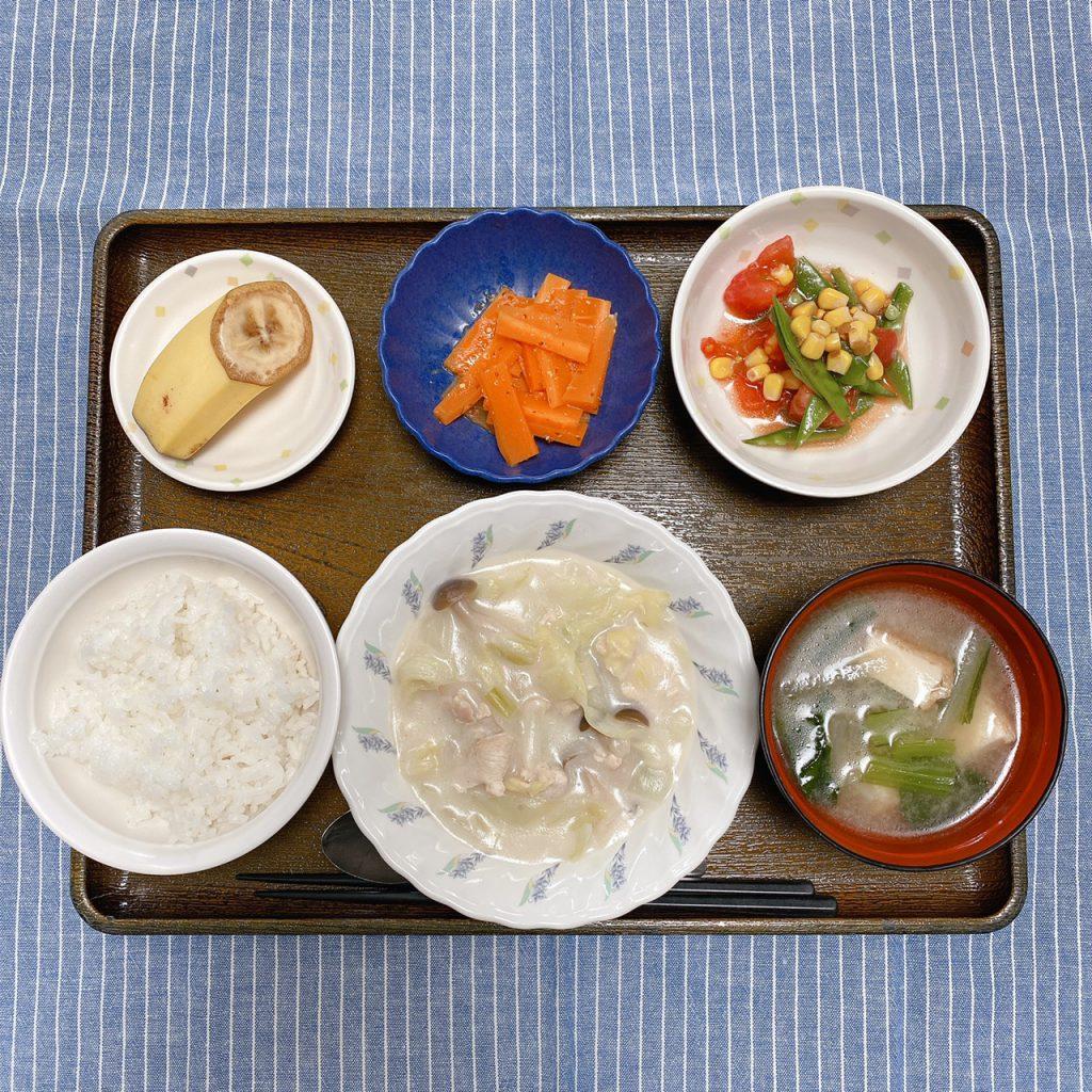 きょうのお昼ごはんは、鶏肉とキャベツのクリーム煮・きぬさやサラダ・人参の粒マスタード和え・みそ汁・くだものでした。