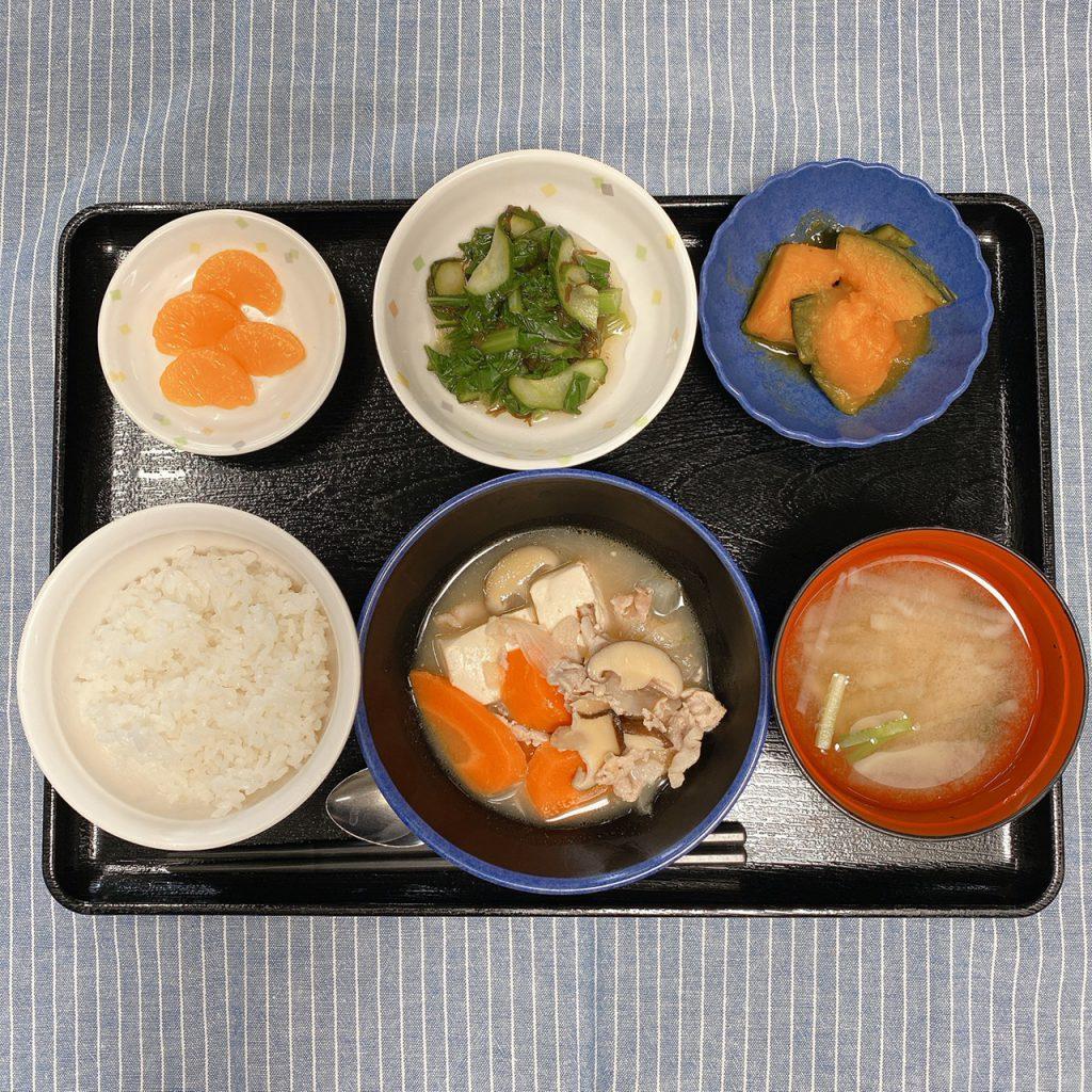 きょうのお昼ごはんは、肉豆腐・もずく和え・かぼちゃ煮・みそ汁・くだものでした。