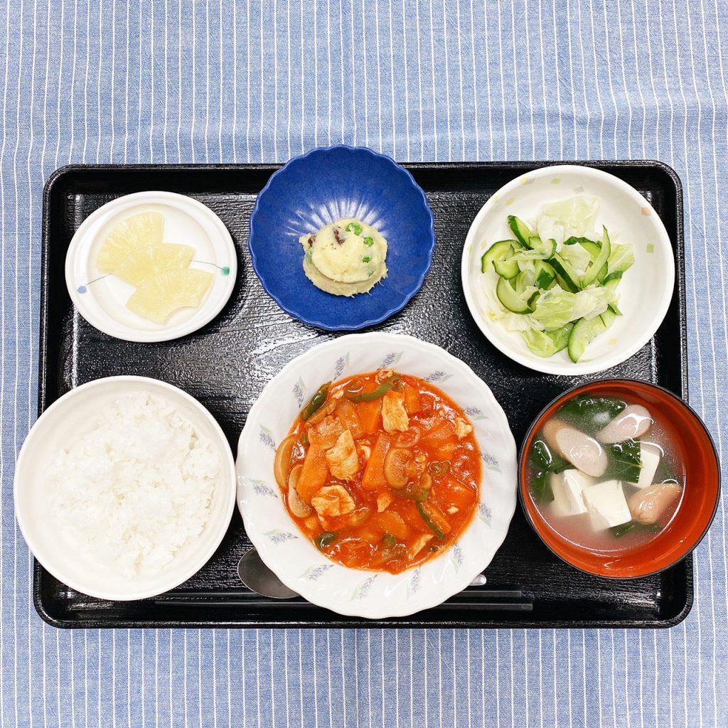 きょうのお昼ごはんは、鶏肉のトマト煮・おさつサラダ・浅漬け・みそ汁・くだものでした。