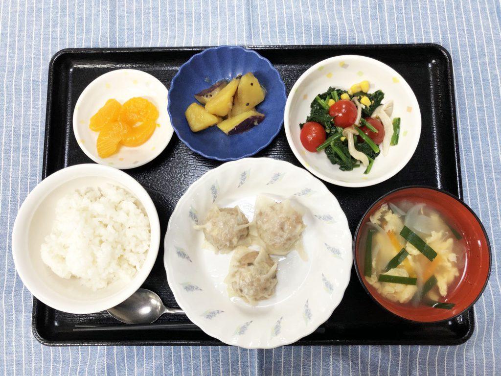 きのうのお昼ごはんは、シューマイ・中華和え・大学芋煮・スープ・くだものでした。