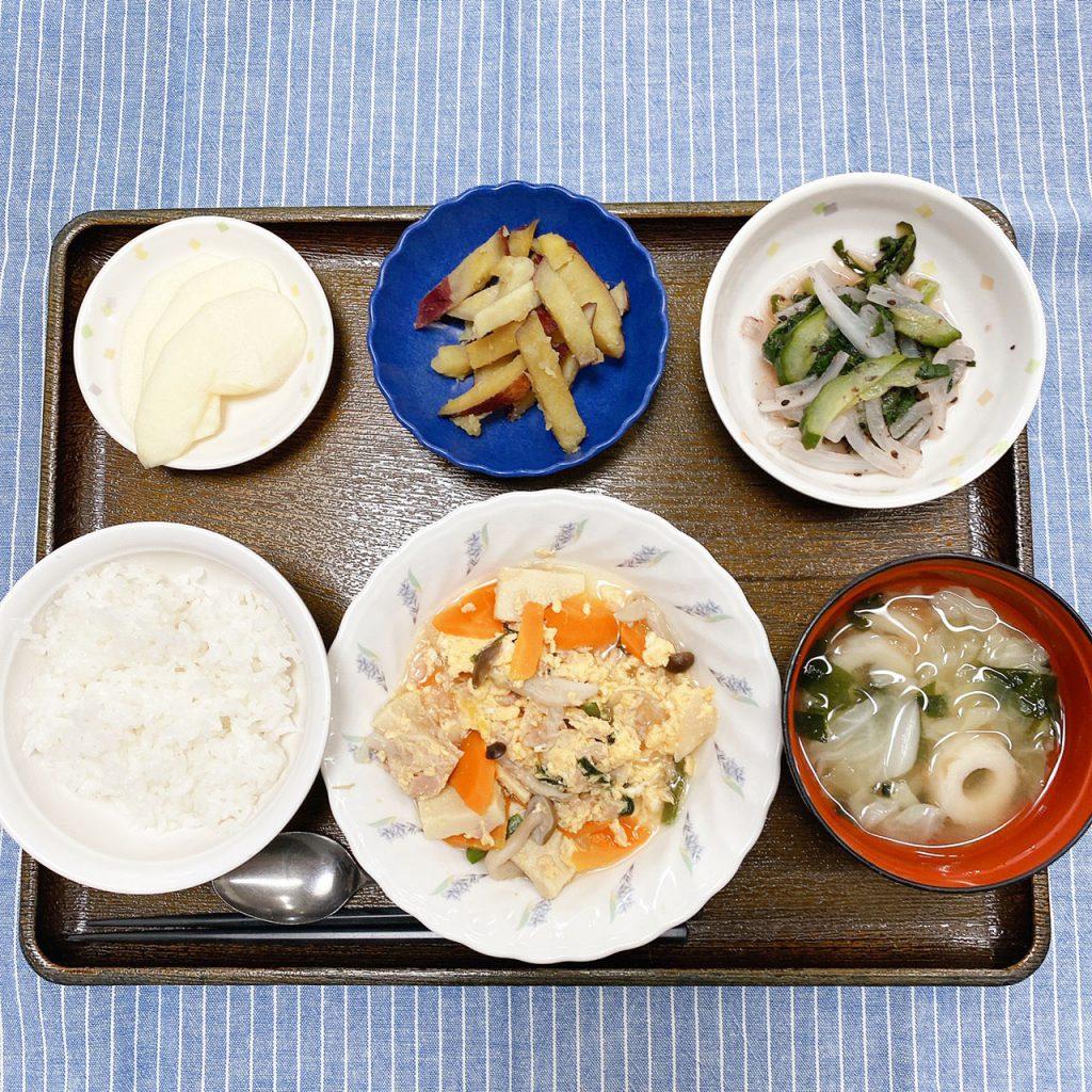 きのうのお昼ごはんは、ツナと高野豆腐の卵とじ・梅和え・おさつきんぴら・みそ汁・くだものでした。