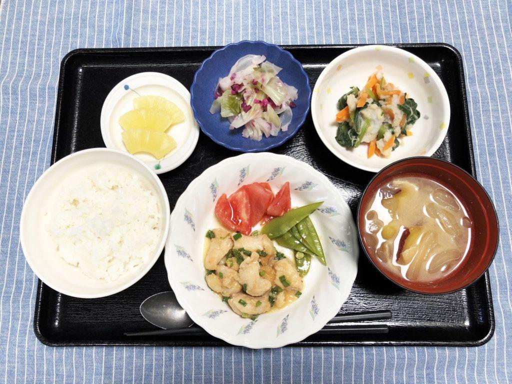 きょうのお昼ごはんは、鶏肉のみそ漬け蒸し・つぶし里芋和え・しば漬けキャベツ・みそ汁でした。