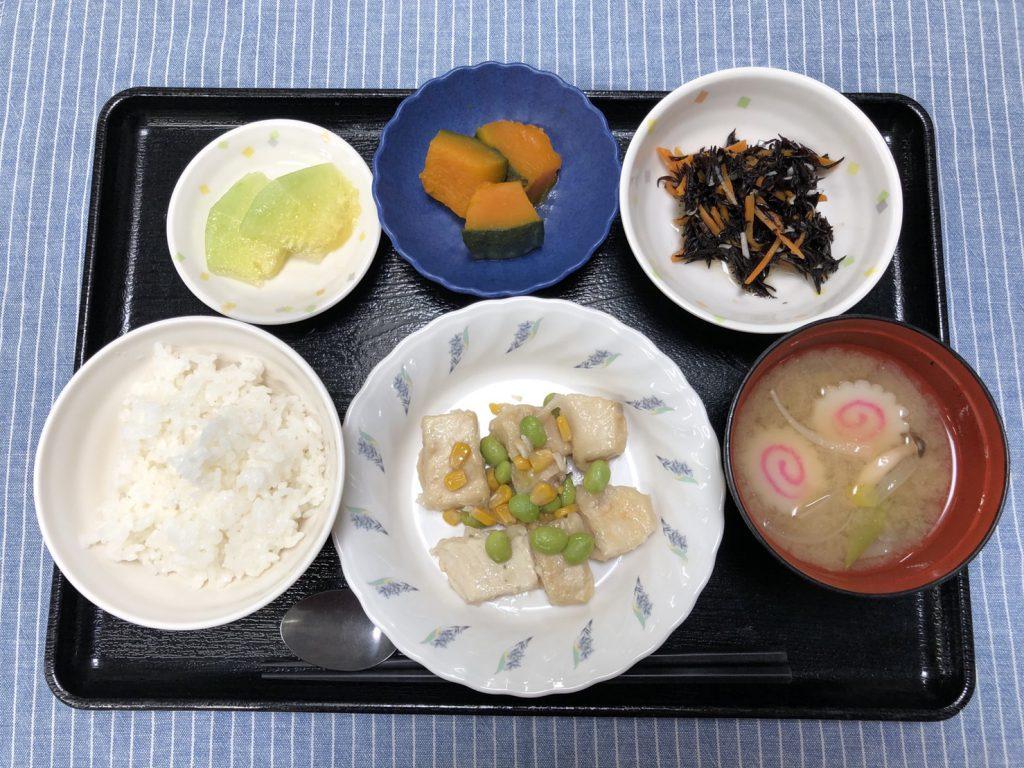 きょうのお昼ごはんは、メカジキと枝豆の塩炒め・ひじきと人参のサラダ・かぼちゃ煮・みそ汁・くだものです。