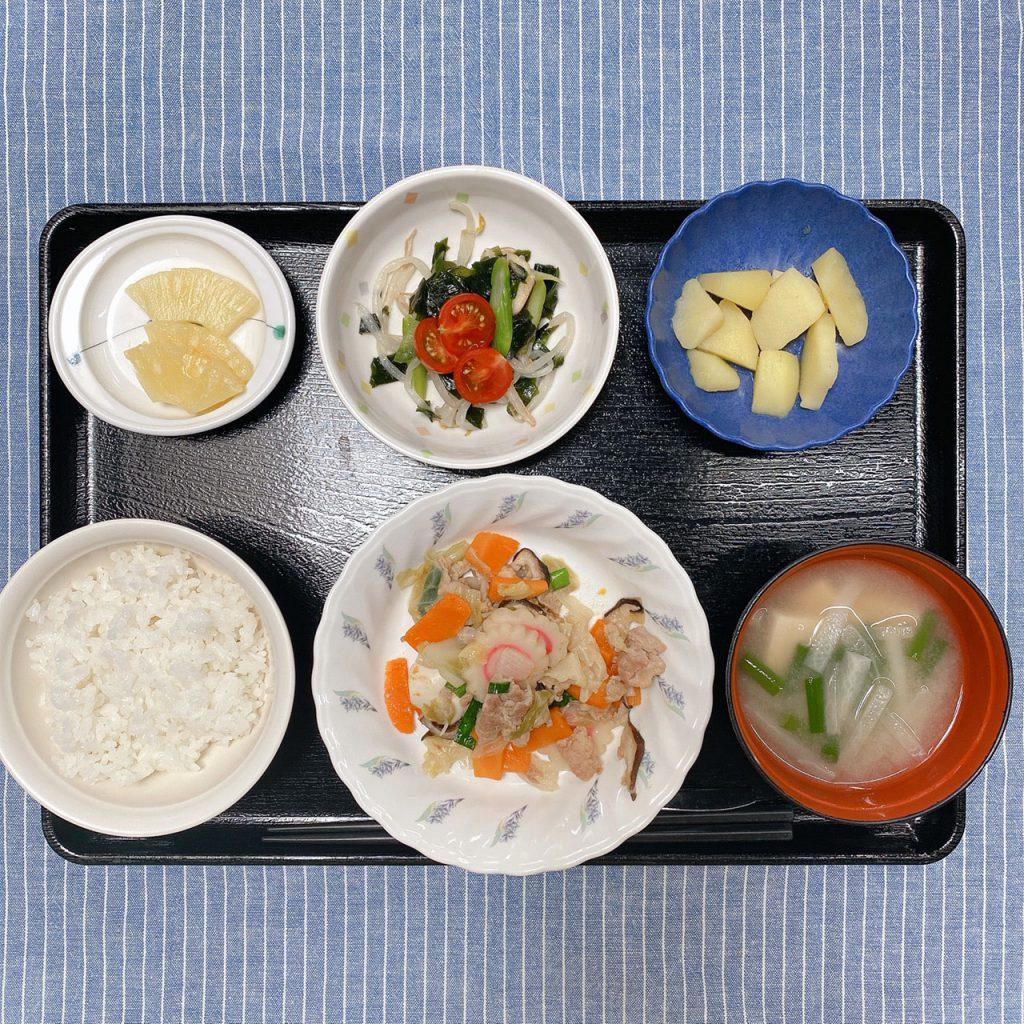 きのうのお昼ごはんは、八宝菜・中華サラダ・コンソメポテト・みそ汁・くだものでした。