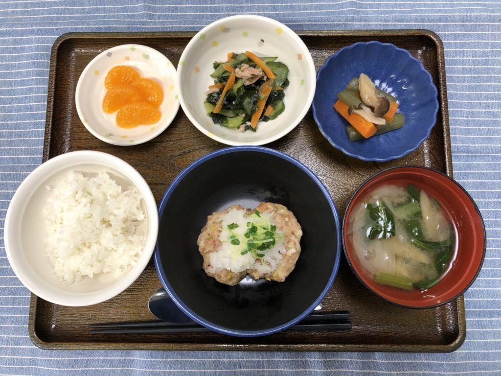 きょうのお昼ごはんは、ふんわり豆腐ハンバーグ、ワカメサラダ、煮物、みそ汁、くだものです。