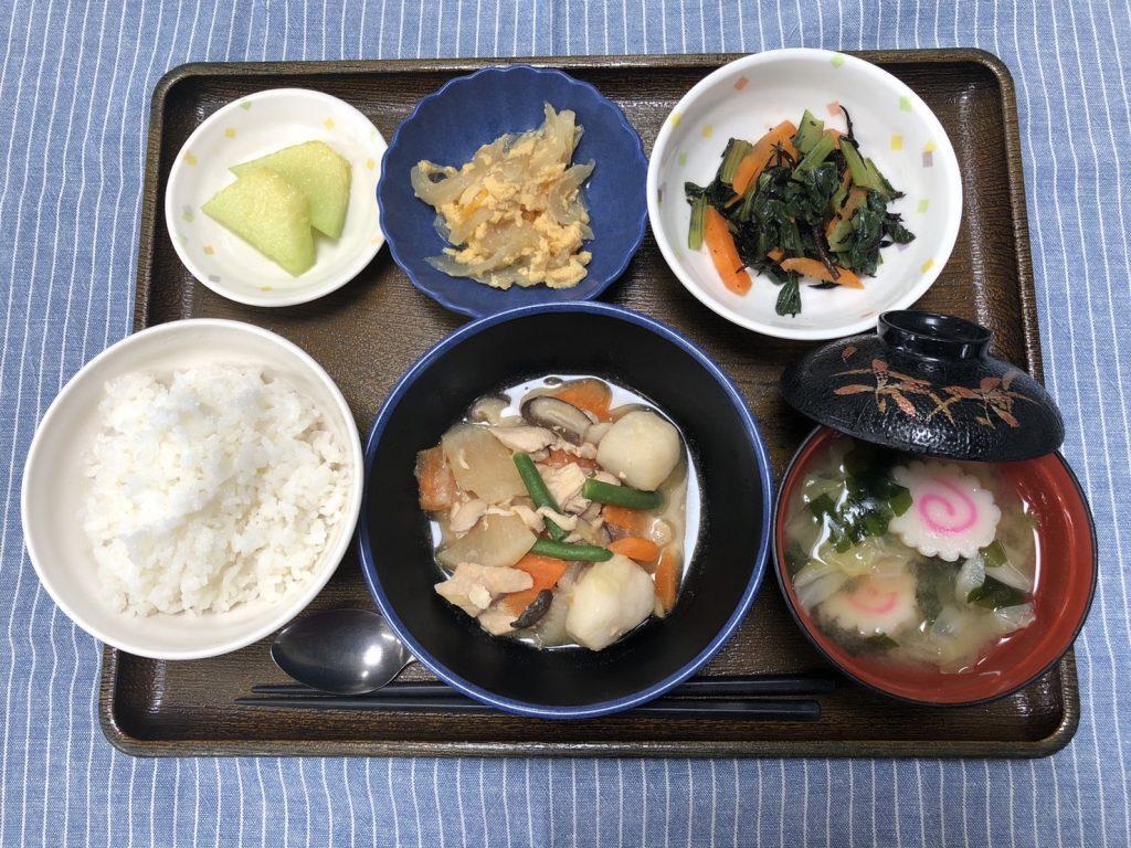 きょうのお昼ごはんは、鶏肉と里芋のみそ煮込み・ナムル・玉ねぎの卵とじ・みそ汁・くだものでした。