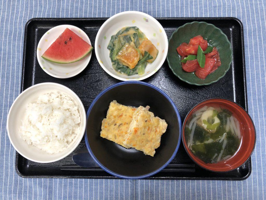 きょうのお昼ごはんは、ツナハンバーグ・小松菜のクリーム煮・冷やしトマト・みそ汁・くだものでした。