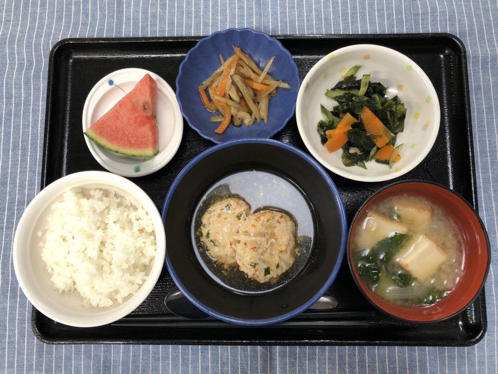きょうのお昼ごはんは、おくらともやしのつくね煮・わかめサラダ・きんぴら・みそ汁・くだものでした。