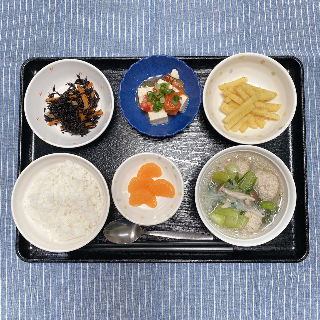 きのうのお昼ご飯は、肉団子とチンゲン菜のスープ煮、豆腐サラダ、新じゃがきんぴら、みそ汁、果物でした。