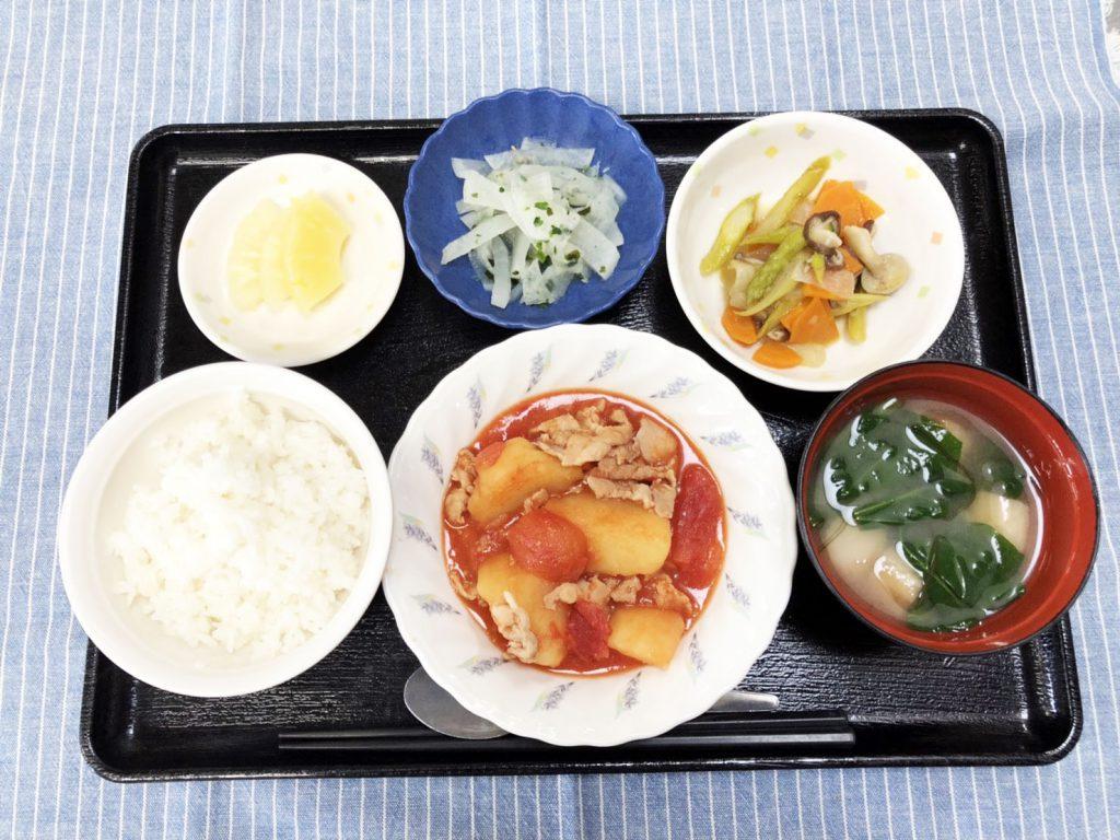 きょうのお昼ごはんは、豚肉とじゃが芋のトマト煮・アスパラガスの炒め物・浅漬け・みそ汁・くだものでした。