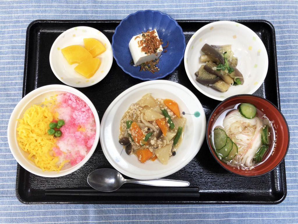 きょうのお昼ごはんは、三食丼・そぼろ煮・蒸しナスの薬味和え・冷奴・そうめん汁・くだものでした。