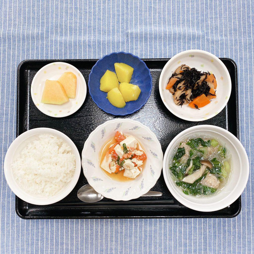 きのうのお昼ごはんは、肉だんごとチンゲン菜のスープ煮・豆腐サラダ・カレーポテト・ひじき煮・くだものでした。