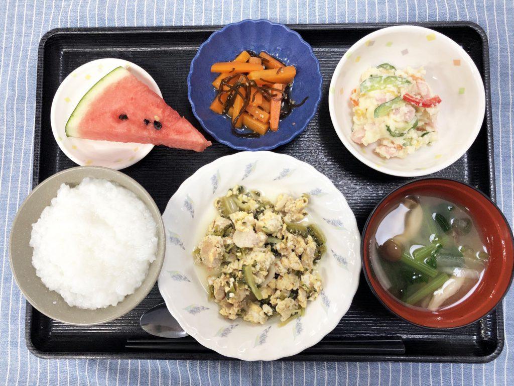 きょうのお昼ごはんは、ゴーヤチャンプル・カラフルポテトサラダ・人参の和風ピクルス・みそ汁・くだものでした。