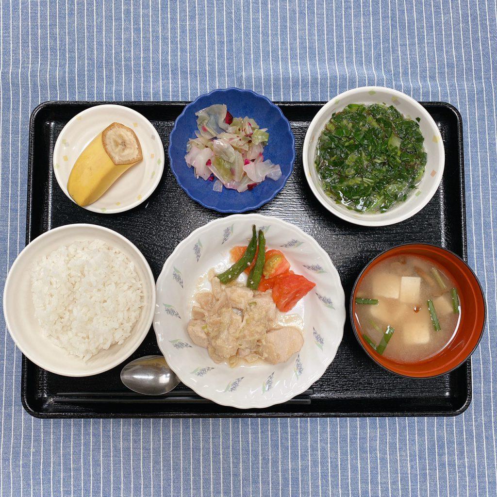 きょうのお昼ごはんは、鶏肉のみそ漬け蒸し・もずく和え・しば漬けキャベツ・みそ汁・くだものでした。