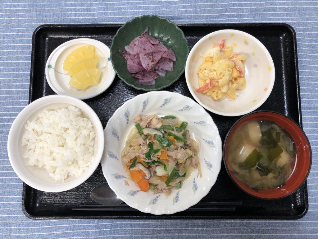 きょうのお昼ごはんは、肉野菜炒め、マカロニサラダ、ゆかり大根、みそ汁、くだものでした。