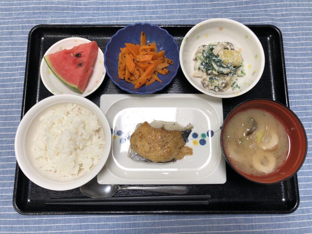 きょうのお昼ごはんは、鰆の粒マヨマスタード焼き・白和え・人参の塩きんぴら・みそ汁・くだものでした。