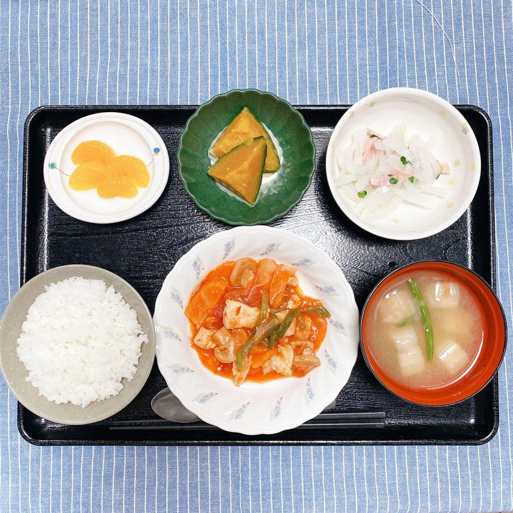 きょうのお昼ごはんは、鶏肉のトマト煮・大根サラダ・かぼちゃミルク煮・みそ汁・くだものでした。