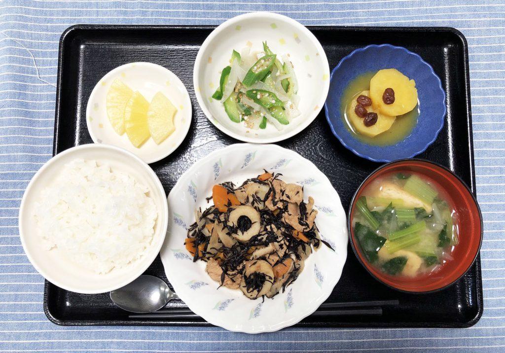 きのうのお昼ごはんは、磯炒め・ナムル・さつまいものオレンジ煮・みそ汁・くだものでした。
