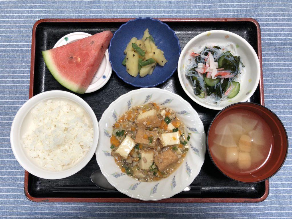 きょうのお昼ごはんは、家常豆腐・春雨の酢の物・じゃが芋のごま和え・みそ汁・くだものでした。