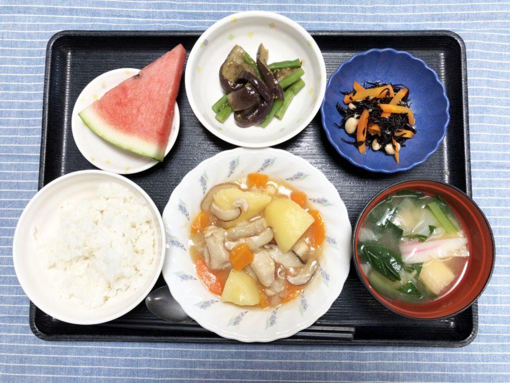 きょうのお昼ごはんは、吉野煮・なすといんげんのごま和え・人参サラダ・みそ汁・くだものでした。