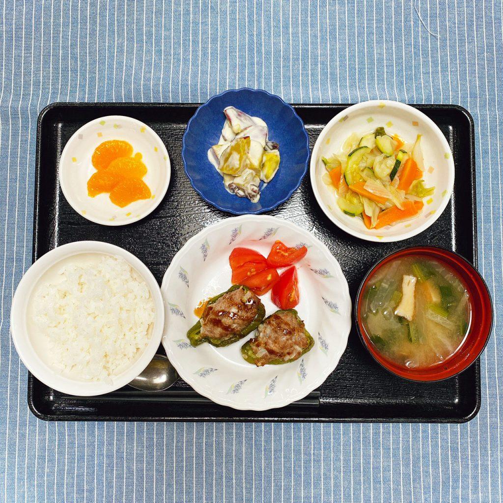 きょうのお昼ごはんは、ピーマンの肉詰め・野菜炒め・おさつサラダ・みそ汁・くだものでした。