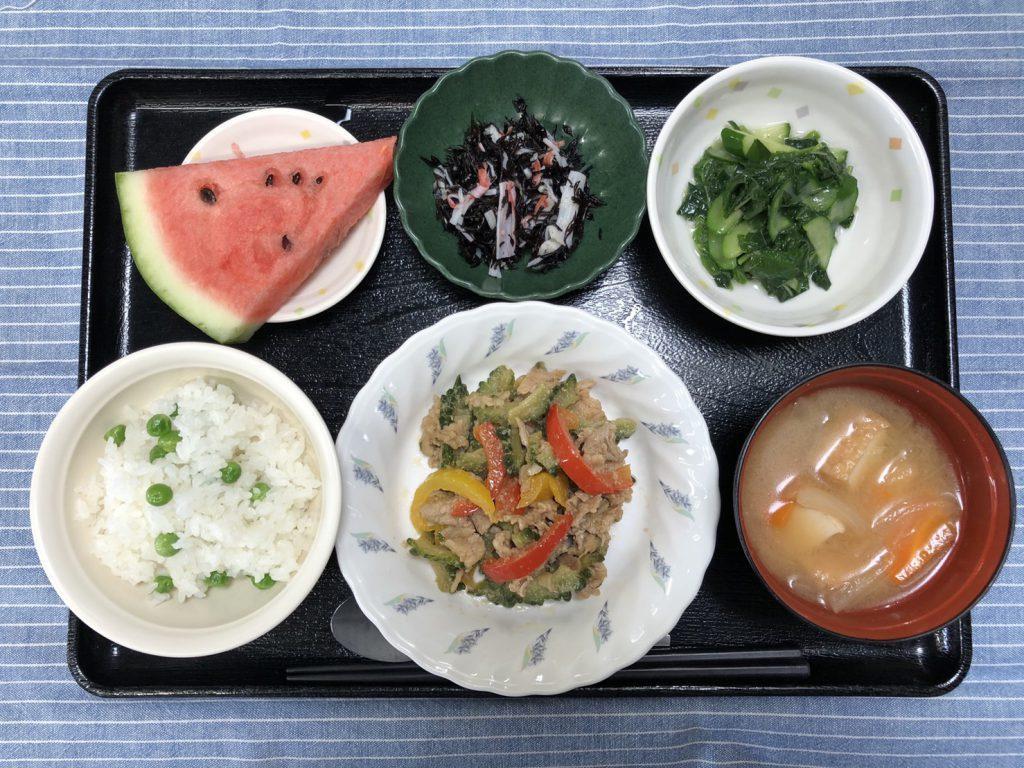 きのうのお昼ごはんは、豚肉とゴーヤのみそだれ炒め・おかか和え・ひじきの酢の物・みそ汁・果物でした。