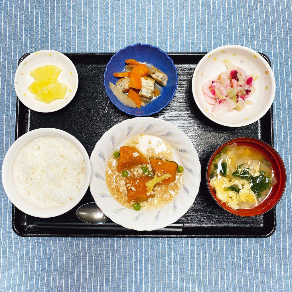 きのうのお昼ごはんは、かぼちゃのそぼろあん・具だくさんおろし・煮物・みそ汁・くだものでした。