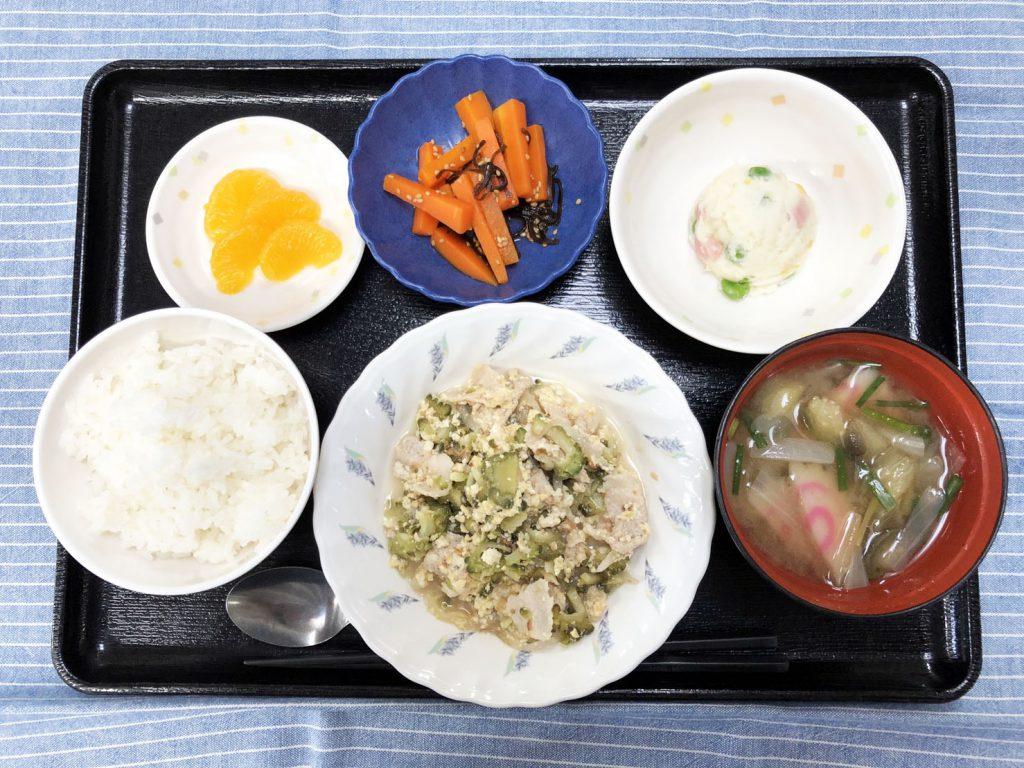 きょうのお昼ごはんは、ゴーヤチャンプル・サラダ・人参の和風ピクルス・みそ汁・くだものでした。