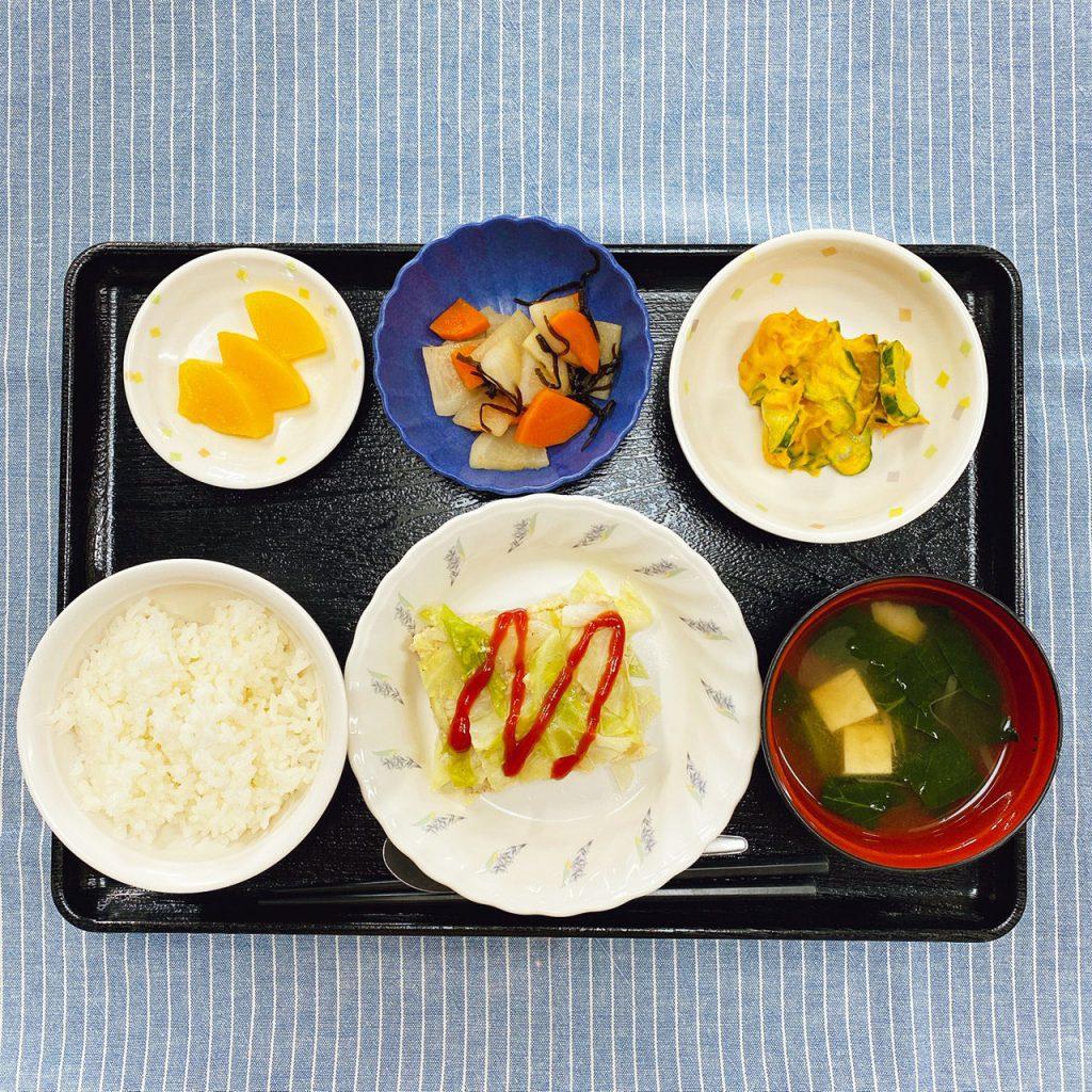 9月19日(土)のお昼ごはんは、挽肉とキャベツの重ね蒸し・かぼちゃサラダ・浅漬け・みそ汁・くだものでした。